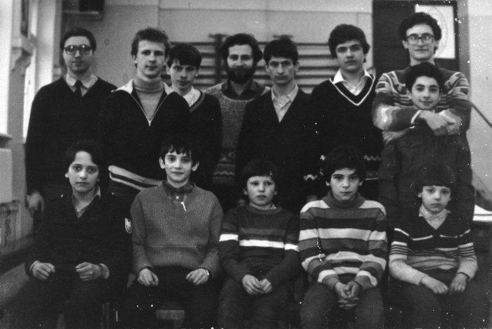 1986 г. Го-турнир в Иваново, даже не помню уже его точное название. На фото группа московских любителей привезенная Соколовским М.С. (4-й дан), он справа вверху. Справа внизу, немного расстроенный, ваш покорный (или почти покорный) слуга (тогда, кажется, 4-й кю).