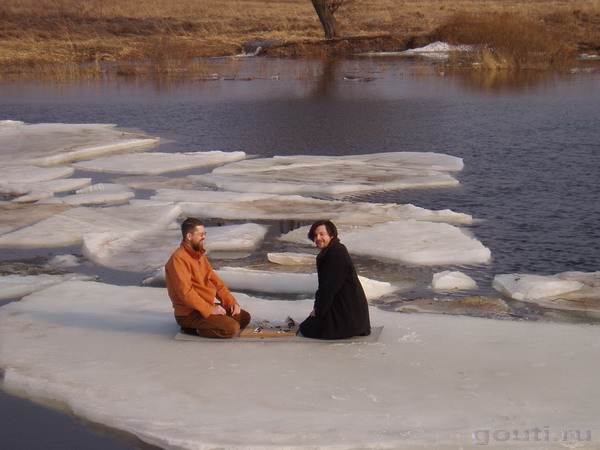 Го на льдине. С берега о чем-то кричат...