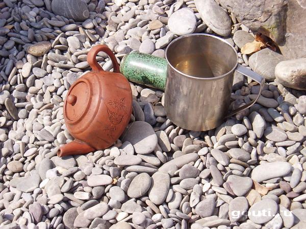 В этой миниатюре можно почуствовать всю драмму невероятной борьбы двух чайных школ случившуюся в Крыму (Рыбачье 2005 г.): Тао Чи-фиря и карка-Дэ - два начала чайного дела: черное и красное