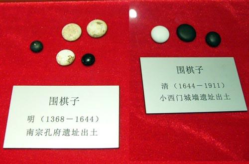 Фото старинных камней для игры Го из коллекции китайского клуба.