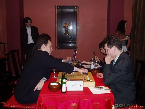 Профессионалы - это люди посвятившие все свое свободное время развитию навыков в игре. Это те люди, которыми непрерывно восхищаются любители считая их эталоном игры Го. А. Динерштей сражался в этот раз с Д. Богацким