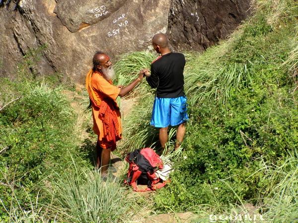 Гуру и его ученик в процессе сбора трав.