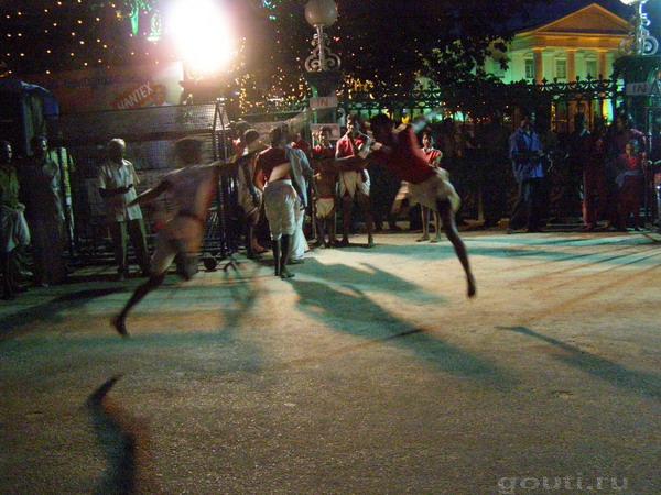 Каларипаятту, показательная схватка. Удары наносятся в прыжке, как в фильме Герой, только без спецтехники и гораздо быстрее.