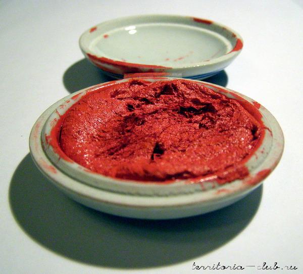 Киноварь красная, как кровь. Она и есть символ крови.