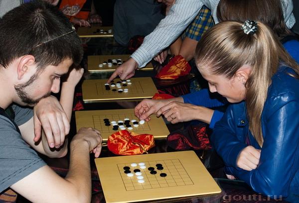 После объяснения простых правил, все желающие имеют возможность найти себе пару для игры в Го.